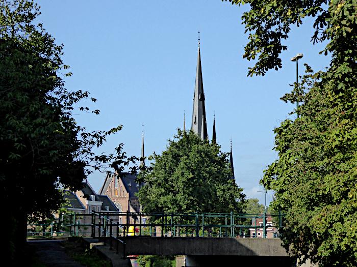 Foto van kerk achter boom