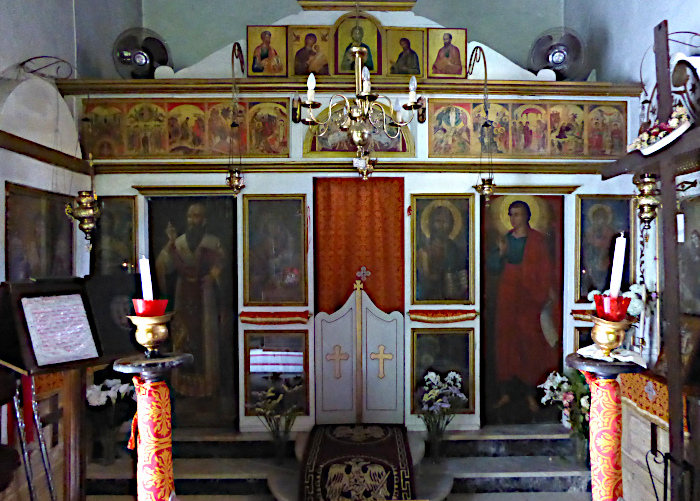 Foto van interieur kerk met schilderijen van heiligen