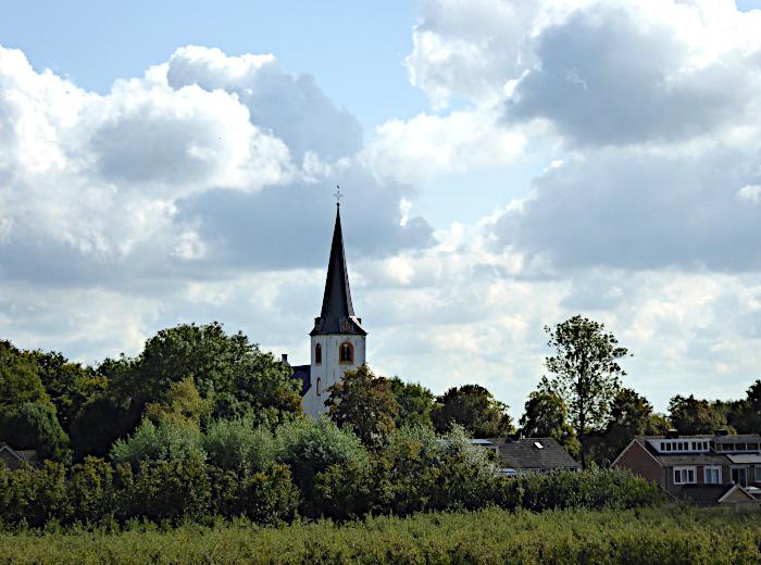 Foto van kerk in het groen