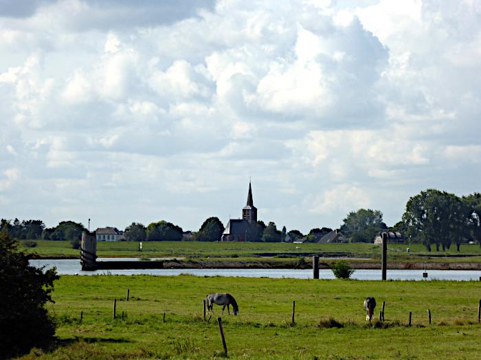 Foto van kerk in landschap