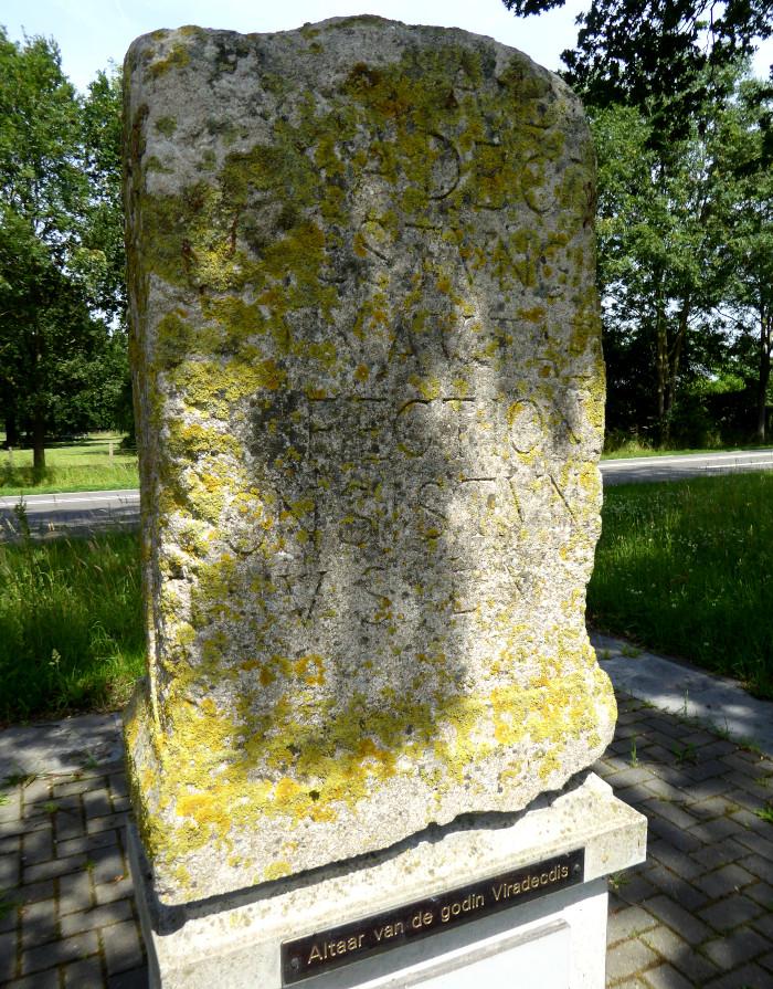 Beeld van grote steen met inscriptie