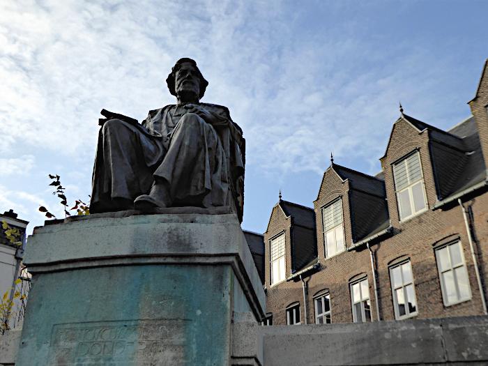 Foto van standbeeld van zittende professor