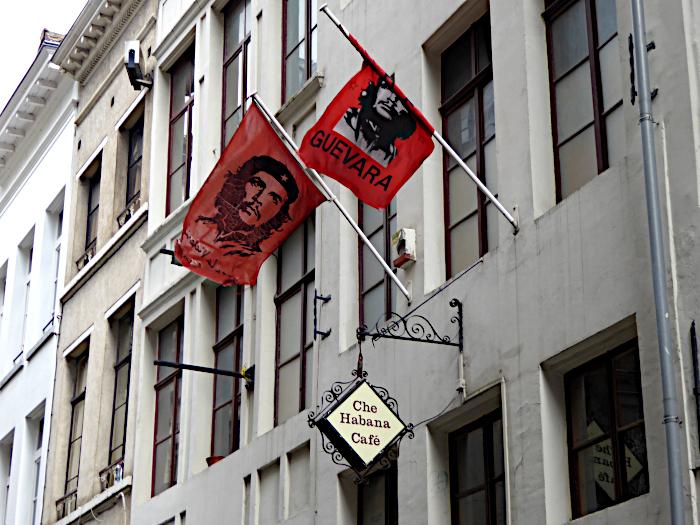 Foto van café met vlaggen met portret van Che Guevara