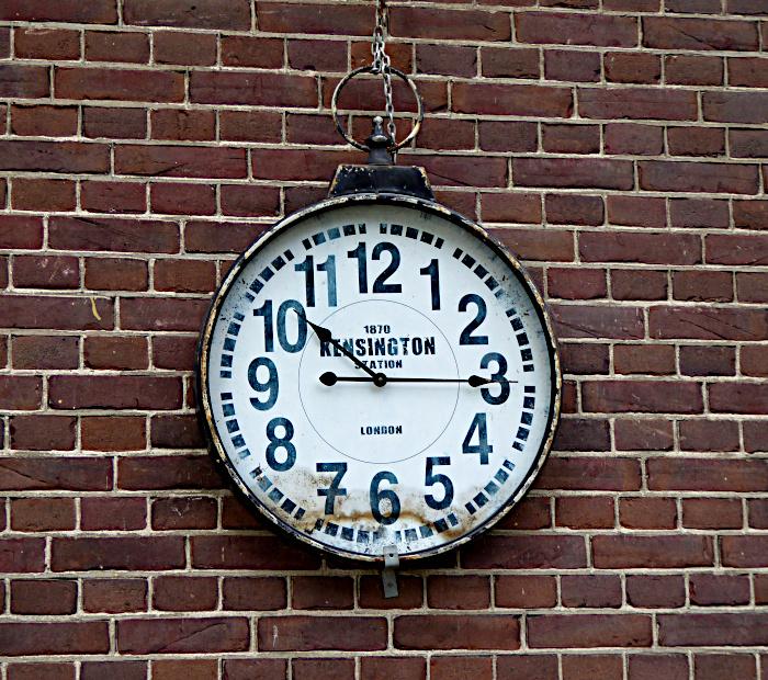Foto van klok aan muur