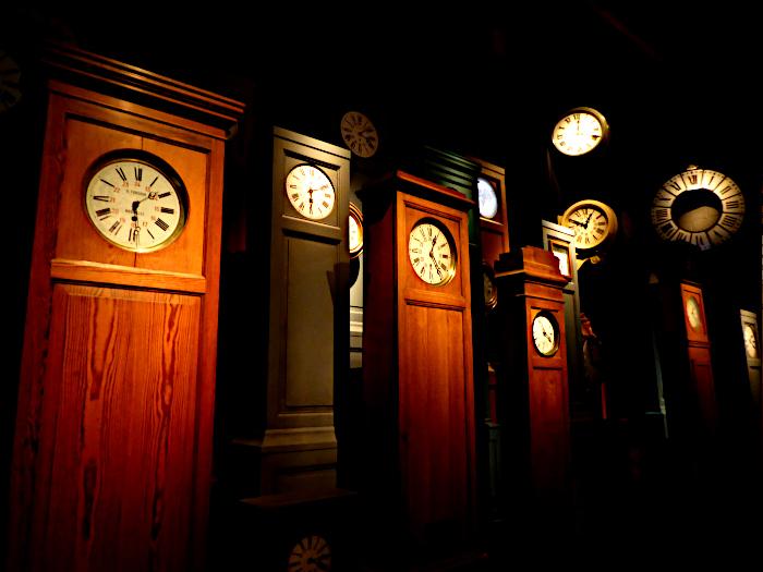 Foto van verzameling staande klokken