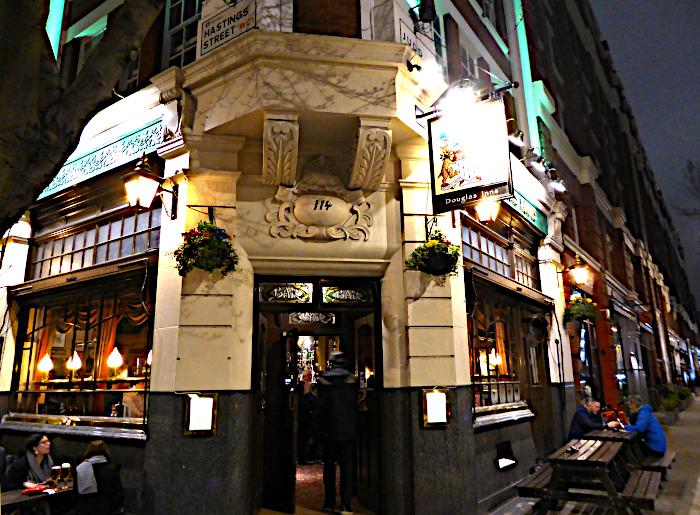Foto van pub bij avond