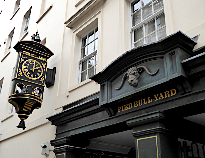 Foto van gevel van pub met klok