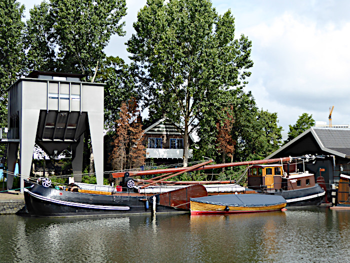 Foto van riviervrachtboot bij zandsilo (replica)