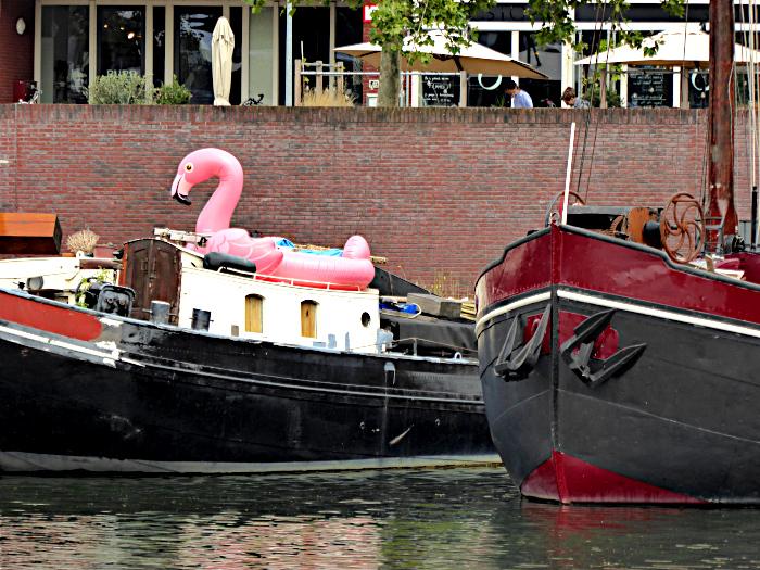 Foto van opblaasfalmingo boven op boot
