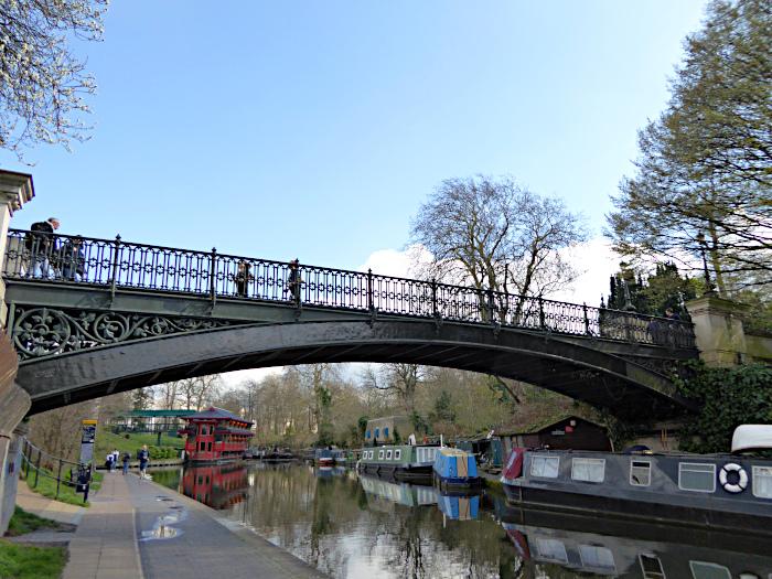 Foto van brug over kanaal met rivierboten