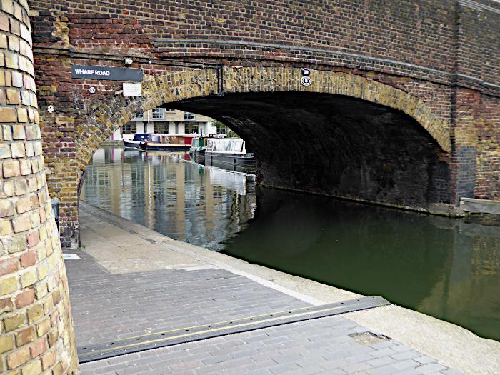 Foto van doorkijkje onder brug