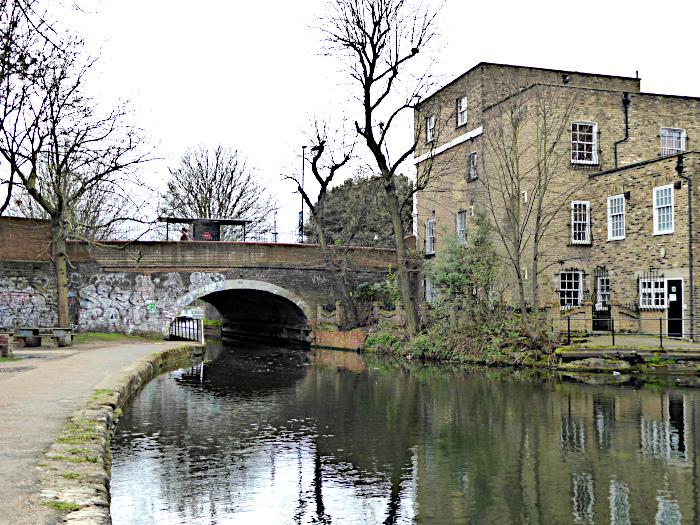 Foto van brug over kanaal