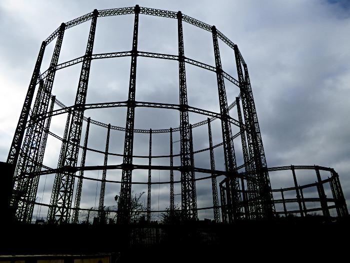 Foto van grote ronde stalen frames
