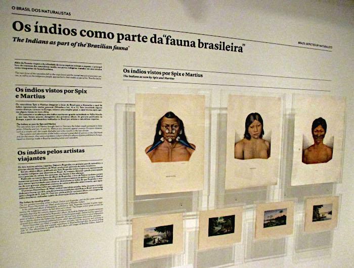 Foto van wand met tekst en getekende portretten van inheemse bevolking