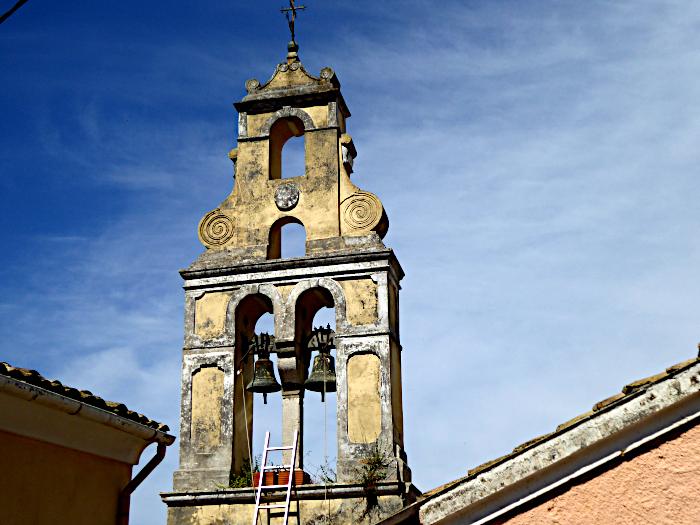 Foto van toren met klokken