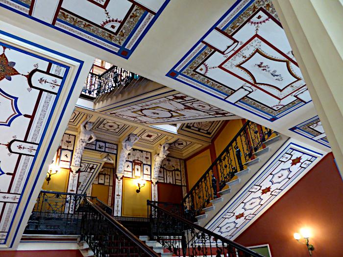 Foto van het trappenhuis van het Achilleion