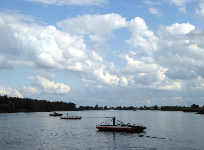Foto van wolkenlucht boven rivier