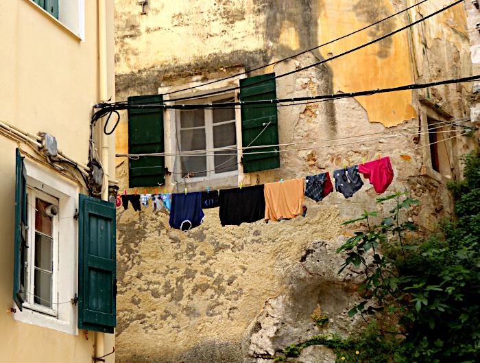 Foto van venster en wasgoed