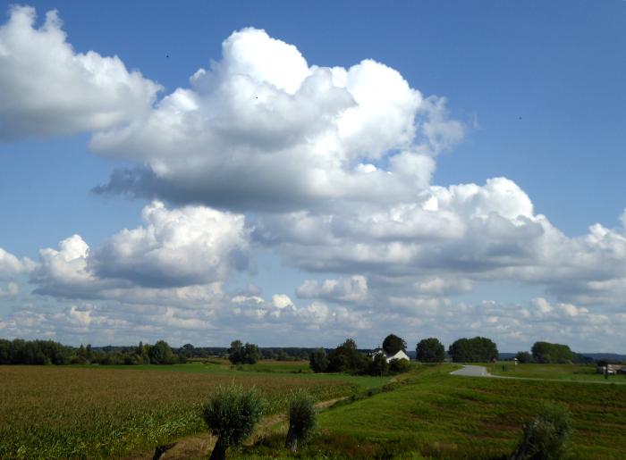 Foto wolkenlucht boven weides met huis