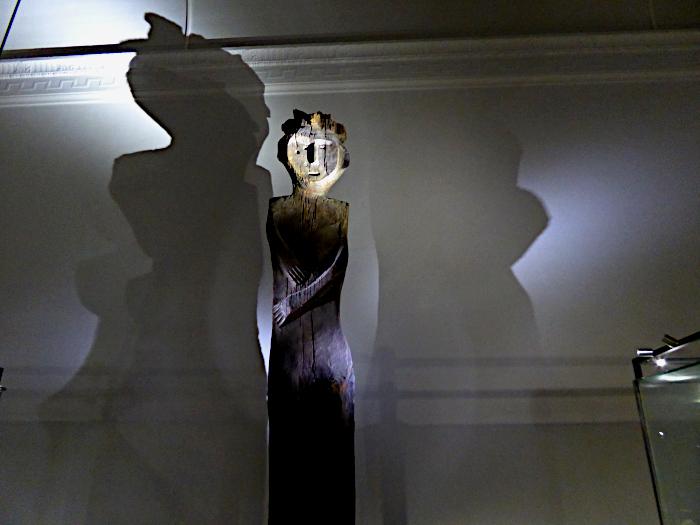 Foto van houten beeld van persoon (grafteken)