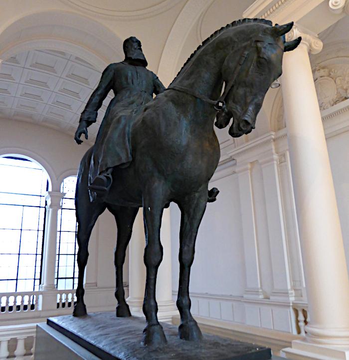 Foto van beeld van koning te paard