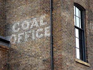 Foto van opschrift op gebouw: 'Coal Office'