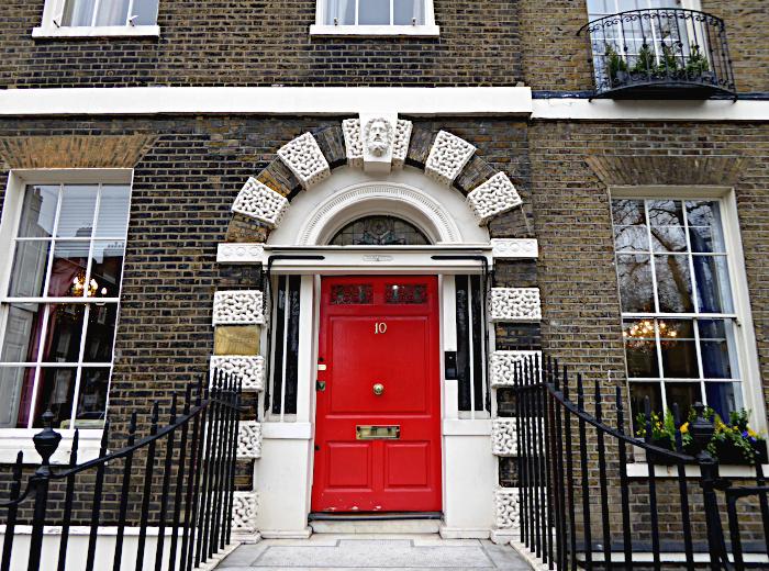Foto van monumentaal pand met rode deur