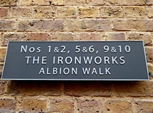 Foto van straatnaambord: The Ironworks. Albion Walk.