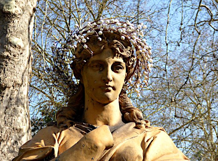 Foto van standbeeld van vrouw (muze)