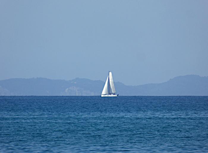 Foto van zeilboot op vlakke zee