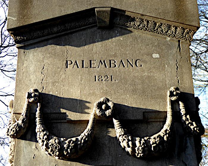 Foto van detail van graf met opschrift 'Palembang 1821'