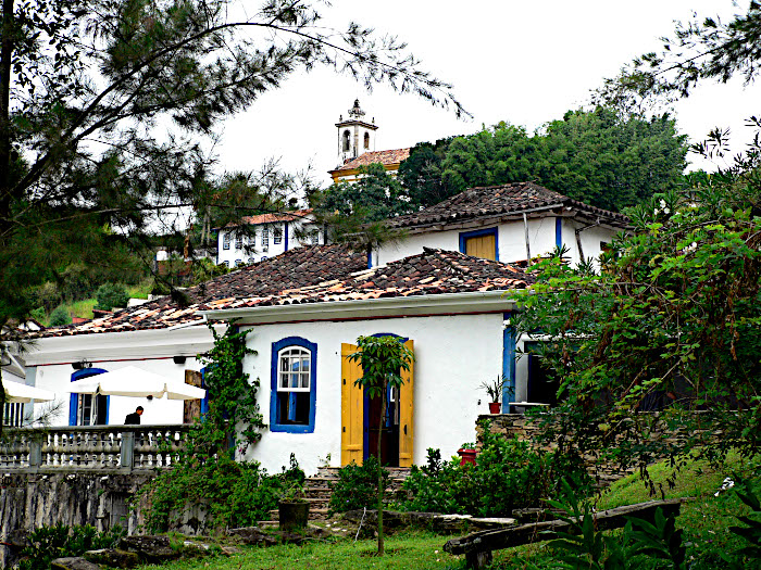 Foto van huisjes tegen helling met kerk