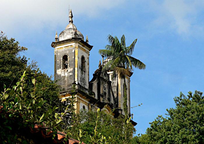 Foto van kerk in groen met palmboom