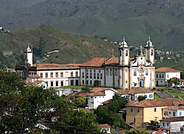 Foto van kerken tussen heuvels