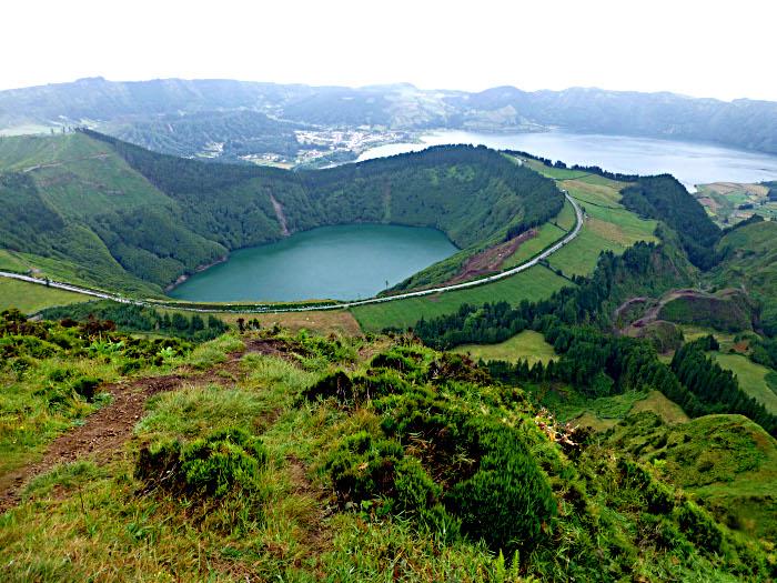 Foto van bergen en meren in kraters