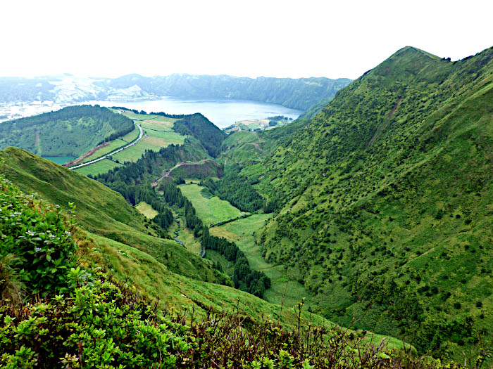Foto van bergachtiglandschap met meren in kraters