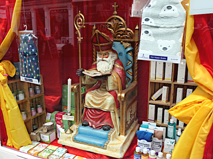 Foto van Sinterklaas lezend in boek (pop in etalage)