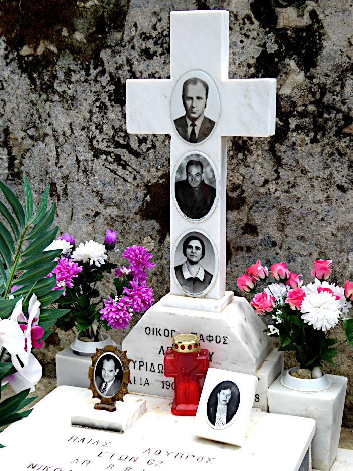 Foto van graf met kruis en foto's van verschillende familieleden