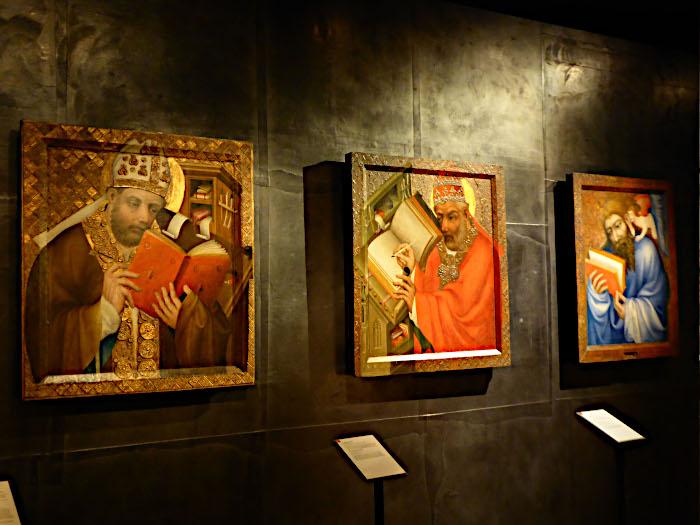 Foto van schilderijen met heiligen
