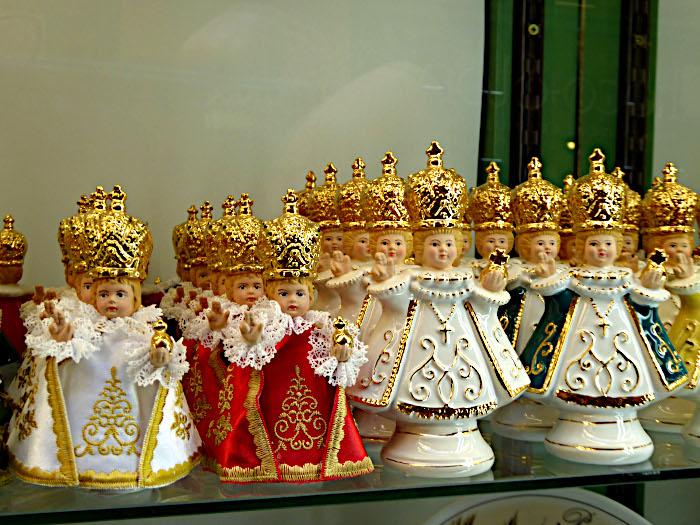 Foto van heiligenbeeldjes in etalage