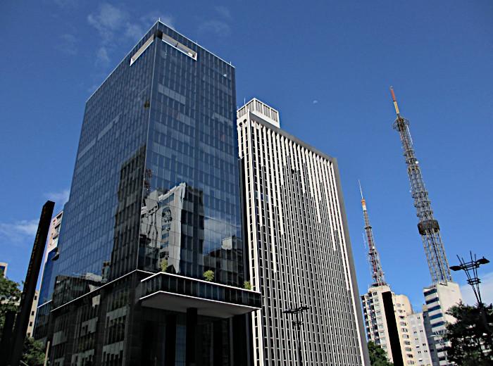 Foto van gebouwen met reflectie van andere gebouwen