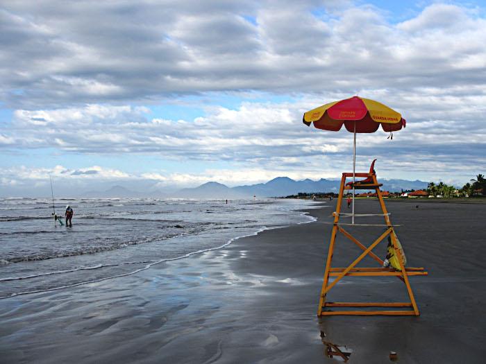 Foto van stoel strandwacht in vroege ochtend