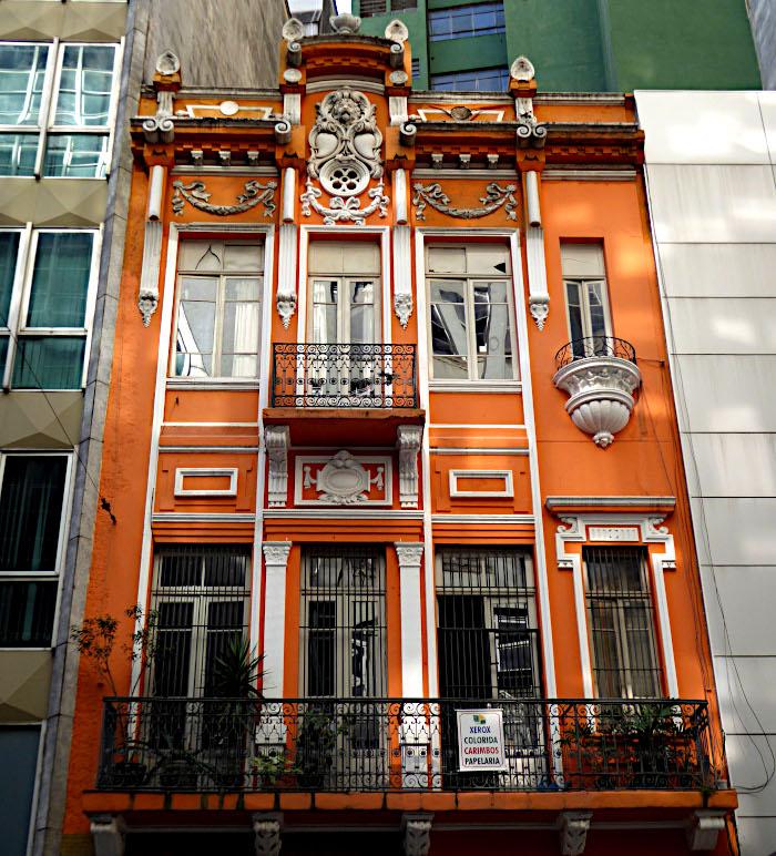 Foto van oud, oranje gebouw