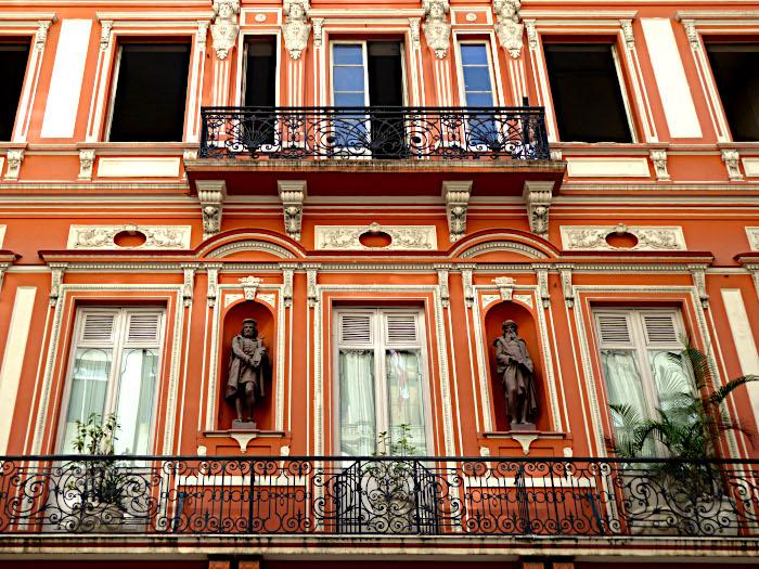 Foto van oranje gevel van oud gebouw