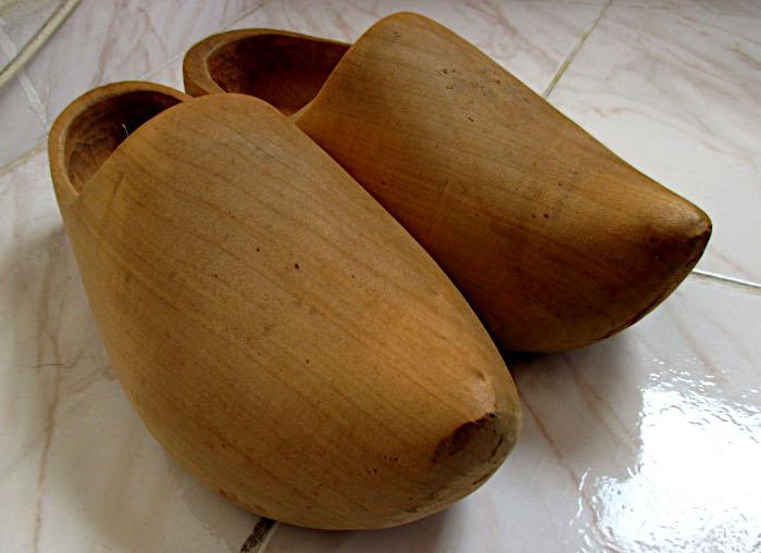 Foto van paar houten klompen