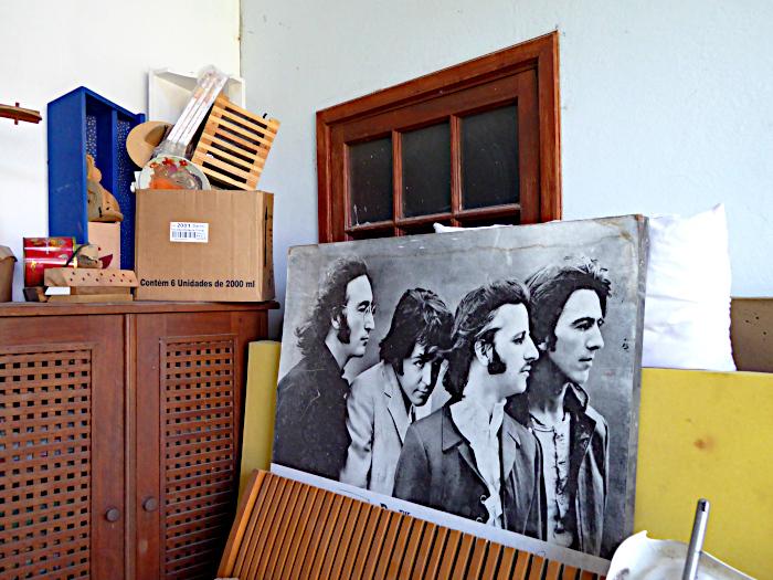 Foto van rommelkamer met foto van de Beatles