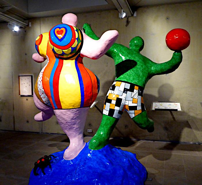 Foto van beeld van kleurig, dansend / balspelend paar