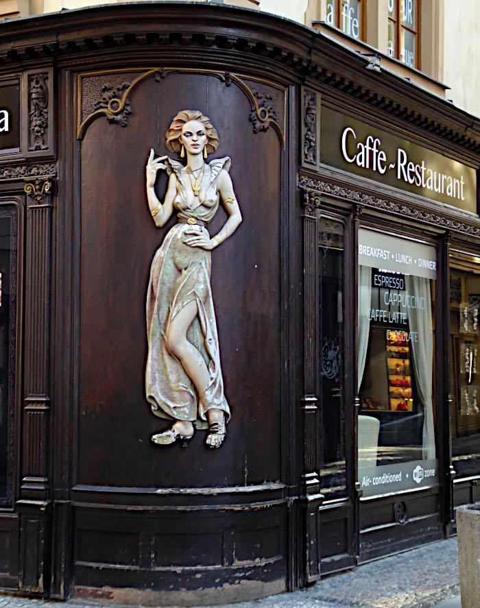 Foto van café met grote afbeelding van vrouw