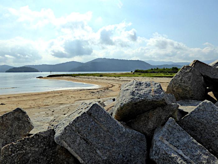 Foto van rotsblokken, strand, zee en lucht