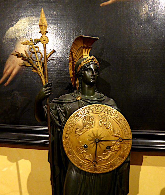 Foto van beeld van vrouw met schild, dat een klok is